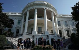 Foto de Thrump en las afueras de la Casa Blanca