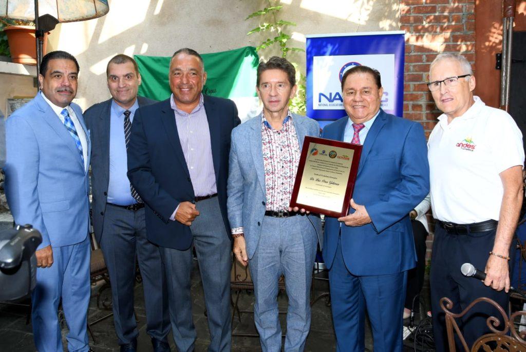 Foto Entrega de placa al Dr. Luis Pérez Gutiérrez, Gobernador de Antioquia